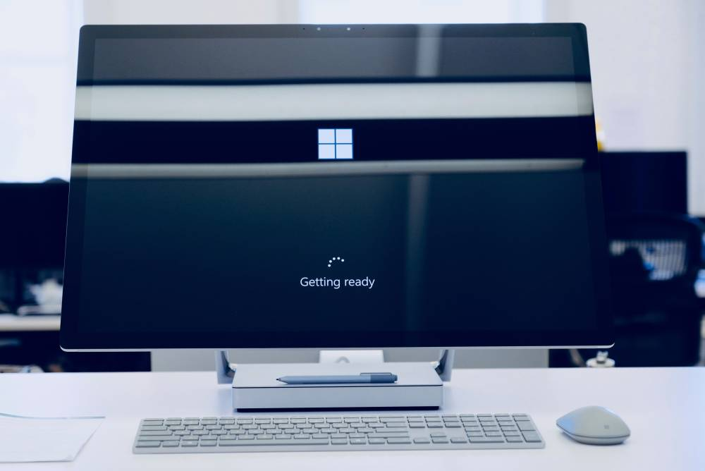 windows desktop computer booting up screen